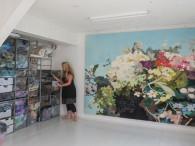 近作「An Attempt to construct a Flower(花を創造する心)」とインゲル・ヨハンネ。オスロ郊外の医療施設のカフェを彩ることになった。